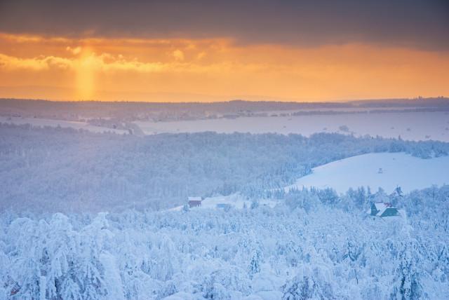 Winterlandschaft mit unterer Lichtsäule am Pramenáč