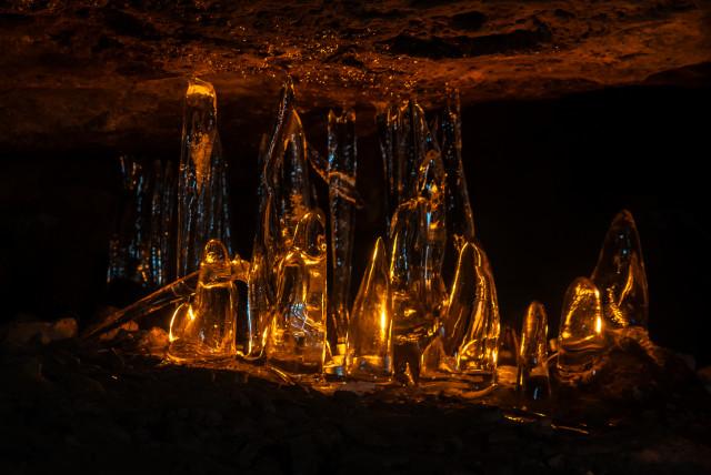 Eisformationen in der Feenhöhle (Jeskyně víl)