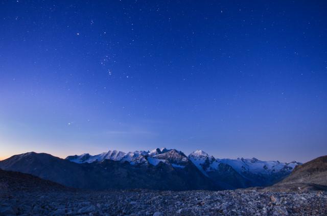 Piz Mezdi, Blick zur Berninagruppe bei Nacht