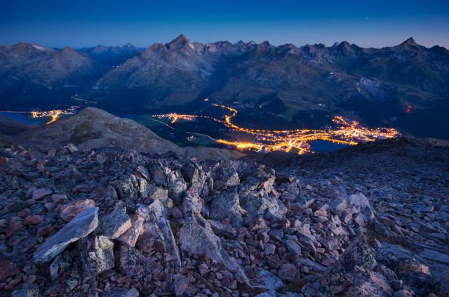 Blick vom Piz Mezdi über St. Moritz bei Nacht