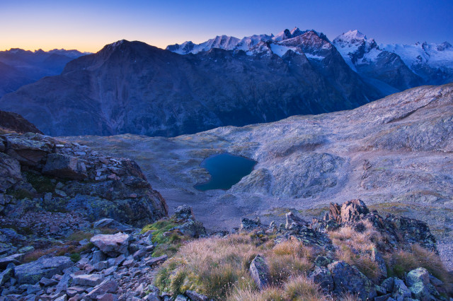 Blick vom Piz Mezdi über Lej dal Rosatsch und Val Roseg zur Berninagruppe