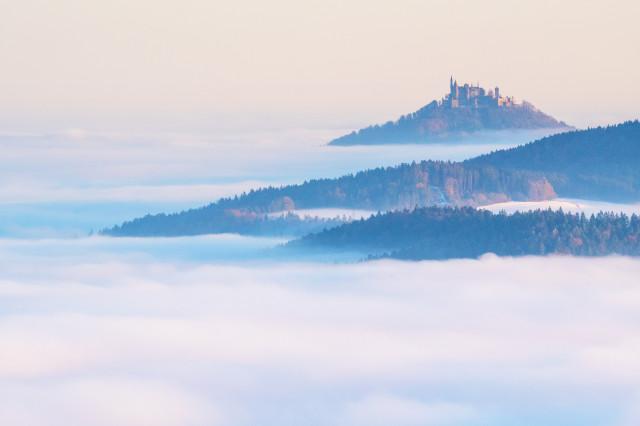 Blick vom Lochenstein zur Burg Hohenzollern
