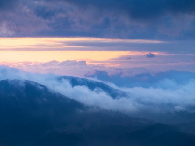 Abend im Schwarzwald mit tiefen Wolken