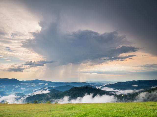 Regenschauer über der Rheinebene