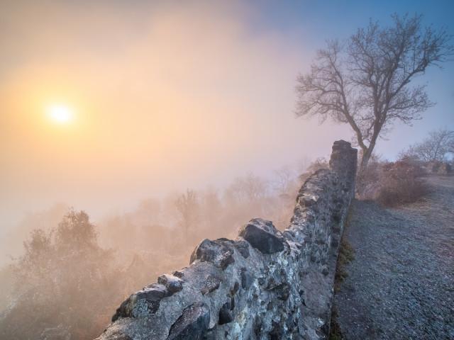 Hohenhewen bei Sonnenaufgang an der Nebelobergrenze